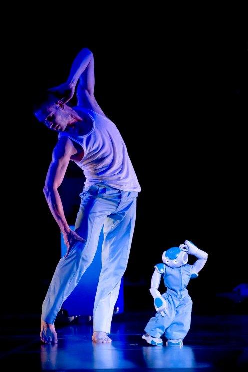 Spectacle: ROBOTS ! ChorŽgraphe: Blanca Li, Avec danseurs et robots, Dans le cadre du Festival Montpellier Danse, ScŽnographie: Pierre Attrait, Lieu: OpŽra ComŽdie, Montpellier, le 3/07/2013